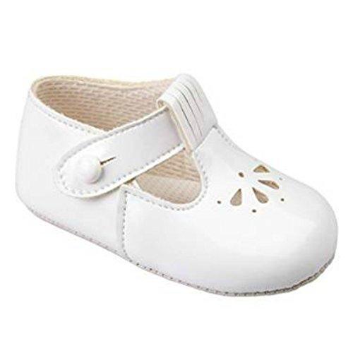 Baby Kinderwagen-Schuhe mit ausgestanztem Blütenmuster, mit T-Riemen, hergestellt in England von Early Days Baypods–alle Farben für Jungen und Mädchen weiße Lacklederoptik