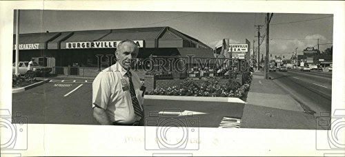 1986 Press Photo Al Judah manager of the Hillsboro Burgerville USA - Outlets Hillsboro