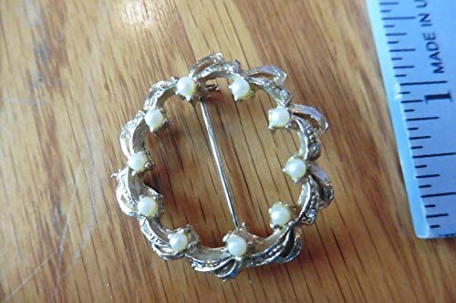 DuBarry Glass FAUX PEARL Leaf Christmas WREATH PIN Vintage Brooch goldtone