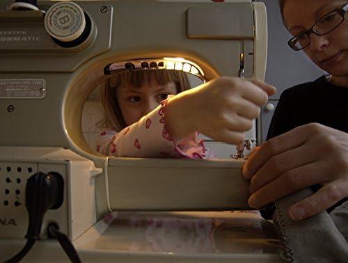 Hija aprendizaje de su madre cómo utilizar la máquina de coser ...