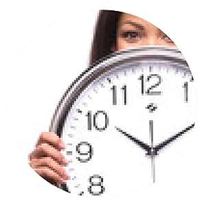 alfombrilla de ratón Retrato de la mujer sonriente con el reloj sobre fondo blanco. - ronda - 20cm
