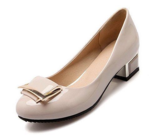 AllhqFashion Damen Rein Lackleder Niedriger Absatz Ziehen auf Rund Zehe Pumps Schuhe Cremefarben