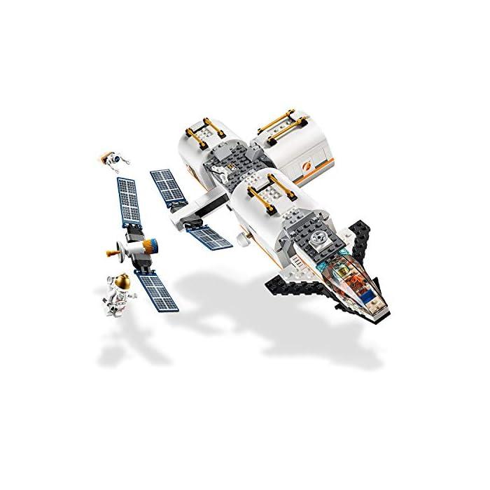 41BRNilD8cL Incluye 4 minifiguras LEGO City: 2 astronautas y 2 miembros del equipo; incluye también una figura de un robot. Este set de juguetes inspirado en una estación espacial se compone de 3 módulos desmontables con techos también desmontables: un módulo de descanso y entrenamiento con cinta, cama antigravedad y pantalla de televisión, un módulo de laboratorio con ladrillo luminoso y herramientas de investigación, y un módulo de cocina con plantas y horno de pizza; cuenta además con un compartimento hermético central. Los módulos se pueden organizar de diferentes maneras alrededor del compartimento hermético central o sobre él. Este set de juguetes de astronautas basado en los equipos que usa la NASA incluye también un satélite desmontable con paneles solares plegables y una lanzadera espacial desmontable con espacio de carga y cabina abatible.