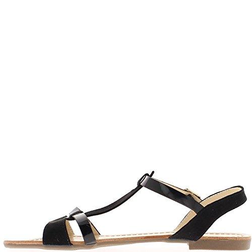 Mujer negra descalza en el tacón de 1,5 cm