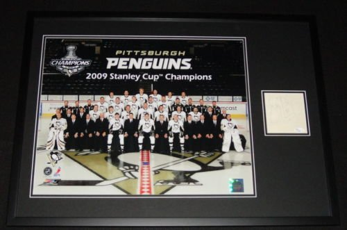 2009 Cup Stanley Framed (Sidney Crosby Signed Framed 2009 Stanley Cup Team Photo 21x29 Display JSA)
