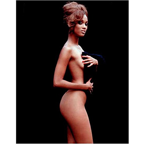 Tyra Banks 8 Inch x 10 Inch photo The Tyra Banks Show Tropic Thunder America's New Top Model w/Towel kn ()