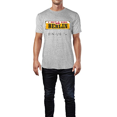 SINUS ART ® Retro Design – I Met A Girl In Berlin Herren T-Shirts in hellgrau Fun Shirt mit tollen Aufdruck
