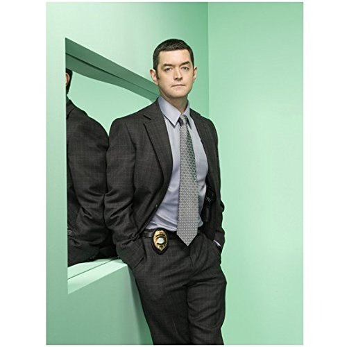 Weapon Troopers Starship (Psych Promo Timothy Omundson As Carlton Lassiter Leaning Against Mirror With Hands In Pockets 8 x 10 Inch Photo)