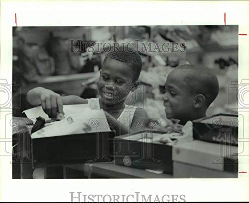 Vintage Photos 1992 Press Photo Darrell Henderson & Marcus Lacy Shop at Northline ()