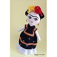 Muñeca de trapo haciendo homenaje a Frida Kahlo (Pintora mexicana) Muñeca diseñada, elaborada y pintada a mano.