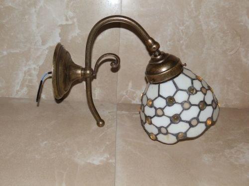 Applique lampada da parete in ottone con vetro tiffany bianco