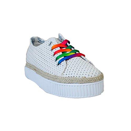 Zapato de lona. Suela de goma. Cierre mediante cordones. Cordones de colorines intercambiables. Altura de de la suela 3.5 cm. Blanco