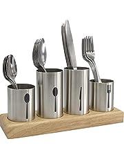 ملعقة وشوكة وحامل سكاكين مع طاولة خشبية
