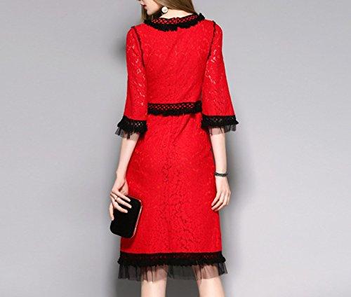 Las Mujeres Que Cosen El Vestido De La Gasa Del Cordón Red