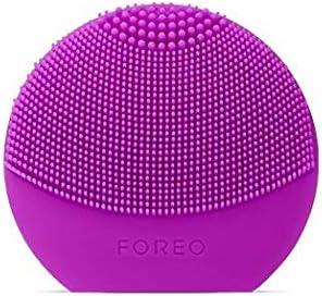 LUNA play plus de FOREO es el cepillo facial recargable de silicona |Purple| Con pilas recambiables y resistente al agua, el cepillo facial para todo tipo de piel