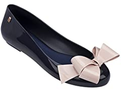 These Melissa Space Love IV is an effortlessly chic and comfort flat that takes any look form day to night. Featuring a bold bow that adds the right amount of chicness and sweetness to any shoe!
