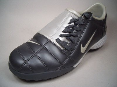 Nike Jr. Total 90 III TF 308238 – 011 Grigio Antracite Dimensioni Euro 38/US 5,5y/UK 5/24 cm