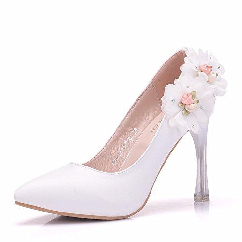 Los zapatos de punta fina con un solo flores blancas están unidos en matrimonio zapatos, zapatos de mujer white