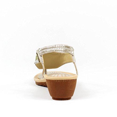 Sandalia cuña. Detalle brillantes en la pala. Cuña imitación madera. Altura cuña 4.0 cm. Oro
