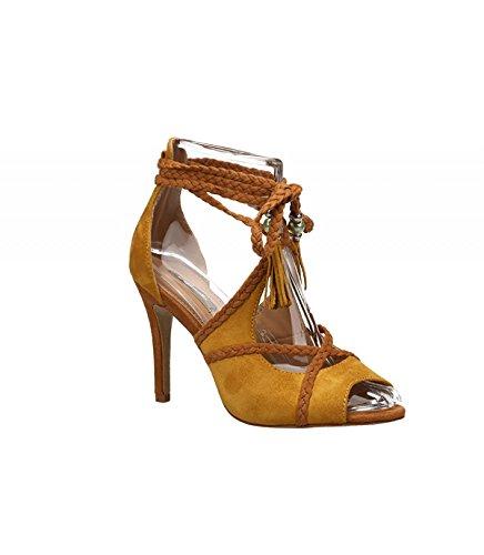 Sandalia de tacón fino. Detalle trenzas cruzadas. Cierre multitiras en el tobillo. Altura del tacón 12.0 cm. Amarillo