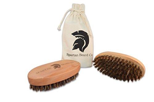 Bartbürste aus Holz von Spartan Beard Co. - Bürste aus Wildschweinborsten für das männliche Bartpflege-Set - Bester Kamm für Männer - Großartig für die Verwendung von Bartöl, Bartbalsam & Bartwachs - beinhaltet eine Tasche aus Baumwolle