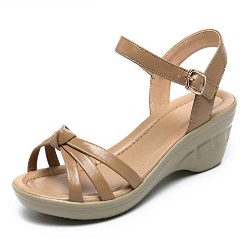 Mama sandalias en los ancianos pendiente con calzado casual Brown