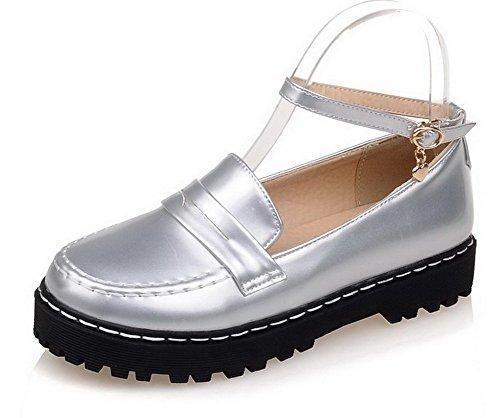AllhqFashion Damen PU Leder Niedriger Absatz Rund Zehe Rein Schnalle Pumps Schuhe Silber