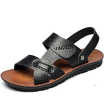 Vestido negro y sandalias marrones