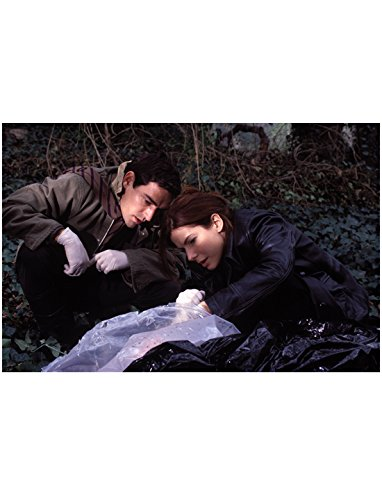 Murder by Numbers 8inch x 10inch Photo Sandra Bullock & Ben Chaplin Looking at Evidence Under Plastic (Evidence Photo Numbers)