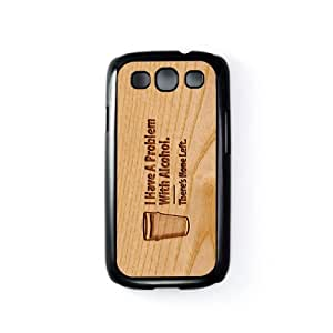 Carved on Wood Alcohol Carcasa Protectora Snap-On en Plastico Negro para Samsung® Galaxy S3 de Chargrilled + Se incluye un protector de pantalla transparente GRATIS