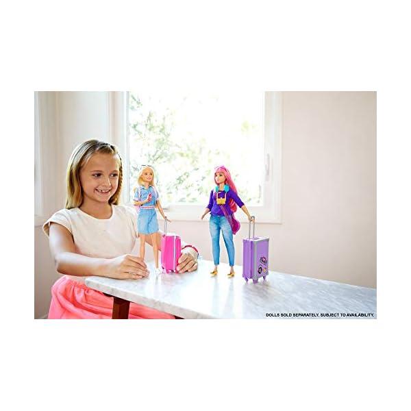 Barbie in Viaggio, Bambola Bionda con Cucciolo, Valigia che si Apre, Adesivi e Accessori, Giocattolo per Bambini 3… 2 spesavip