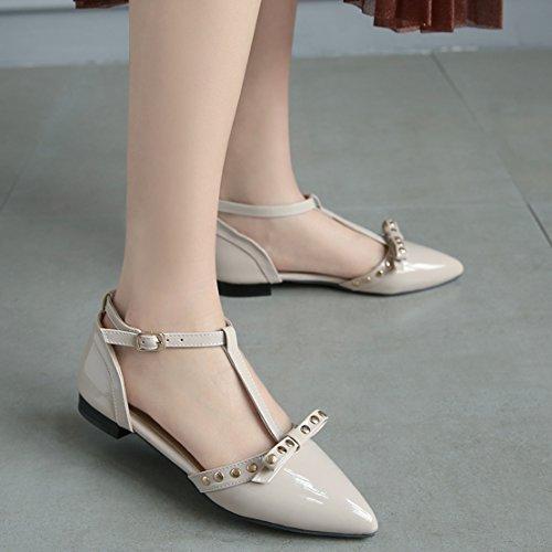 AIYOUMEI Damen Lack Spitz T-spangen Flach Sandalen mit Nieten und Schleife Bequem Schuhe Beige