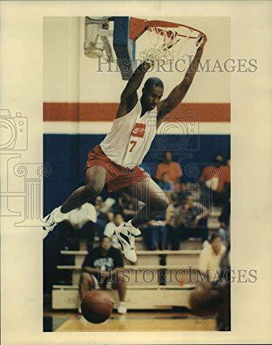 Vintage Photos 1992 Press Photo Drake University Basketball Player Marvin King Hangs from Rim. ()