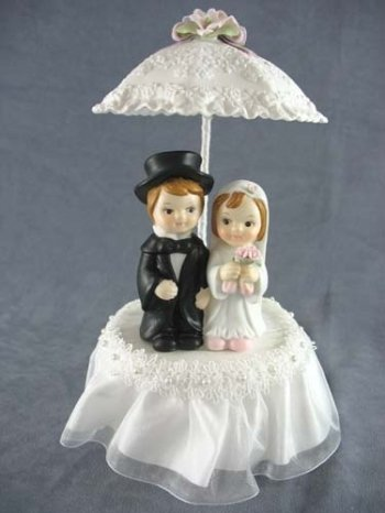 Rainy Day Child Couple Wedding Cake Topper with Porcelain Parasol Umbrella: Skirt Color: (Childrens Porcelain)