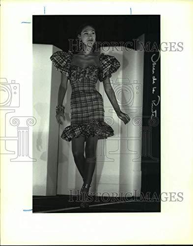 (Vintage Photos 1992 Press Photo Fashion Model Walking Runway in Oscar de la Renta Spring wear)