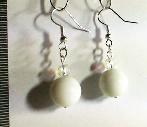 1 paire boucles d'oreille blanches. Perles 12 mm. . Accessoires argentés.