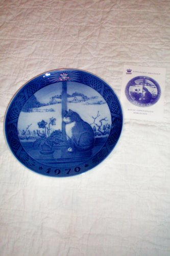 (Royal Copenhagen Denmark Porcelain 1970 Blue Christmas Plate Christmas Rose and Cat -- [Cat in Window] -- with pamphlet -- 7.25