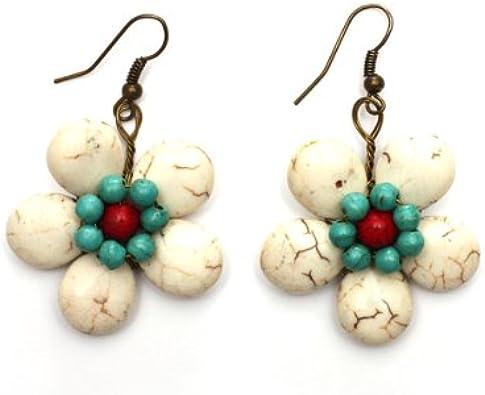 Pendientes colgantes Idin hechos a mano con flor de piedra blanca y un centro de cuentas turquesas y rojas