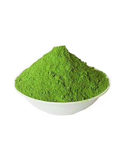 weiße schale mit grünem moringa-pulver