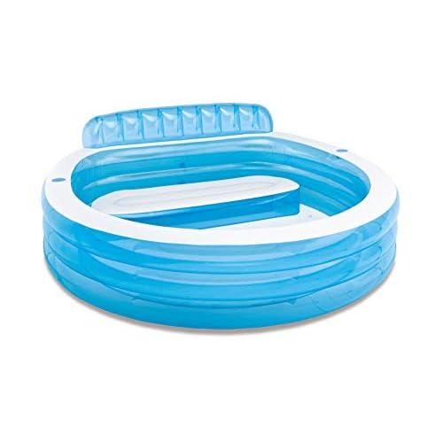41JFOXHphLL. SS500 Piscina hinchable Intex Familu Lounge, medidas piscina: 224 x 216 x 76 cm, capacidad: 590 litros, uso recomendado para mayores de 3 años Estructura formada por tres aros hinchables, fabricada en vinilo resistente de 0,32 m de grosor en color blanco y azul La piscina cuenta con respaldo y sillón hinchable, el borde tiene dos porta bebidas, uno a cada lado. Intex 57190NP ¡Ideal para pequeños y mayores! Y es que estapiscina hinchable circularcuenta con un sillón hinchable con respaldo incorporado en una zona de la piscina y dos portabebidas de tamaño estándar para poder tener a mano agua o vuestras bebidas favoritas. La piscina, con susmedidas de 224x216x76 cm, tienecapacidad para 590 litros de aguaal llenarla hasta la altura recomendada (30 cm). El diseño de la piscina está formado por tres aros hinchables y dos colores: azul celeste transparente y blanco opaco. Para la fabricación de lapiscina familiar Intexse ha utilizado material vinílico extra resistente con un grosor de 0,32 mm. Además, la piscina cuentacon 2 cámaras de aire, ambas con válvula doble para un inflado y desinflado más rápido y cómodo. Esta piscina está recomendada para que la usen niños y niñas de 3 años en adelante y adultos.Incluye tapón de drenajepara hacer más cómodo el proceso de vaciadoy kit de reparaciónpor si tuvieras que arreglar algún pequeño poro o pinchazo. Es el momento de hacerte con estapiscina hinchable familiar de Intexy darle un nuevo toque a tu jardín. ¡Seguro que tu familia lo agradece este verano! Características principales de la piscina con sillón Intex 57190NP   Piscina hinchable Intex familiar con sillón. Las medidas de la piscina montada son: 224x216x76 cm  La piscina tiene tres aros hinchables y está fabricada con vinilo resistente  El sillón hinchable y extraíble está incorporado en el interior de la piscina. El sillón lleva respaldo  La piscina tiene 2 cámaras de aire, cada una con una válvula de inflado y desinflado  Incluye 2 portabotellas en la part