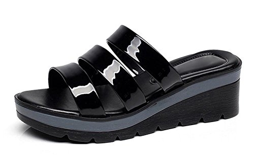 pendiente de moda de verano con la mujer de gran tamaño cómodo en sandalias y zapatillas con las sandalias planas antideslizantes las mujeres Black
