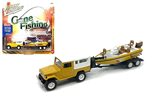 New 1:64 AUTO WORLD JOHNNY LIGHTNING GONE FISHING 2017 VERSION A COLLECTION - Yellow 1980 Toyota Land Cruiser with White Soft Top, Boat & Trailer Diecast Model Car By Auto World