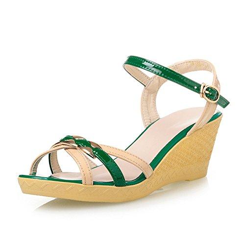 La pendiente con femeninas sandalias de tacón alto con sandalias de verano o pendiente con sandalias de la manera del color de la torre Green