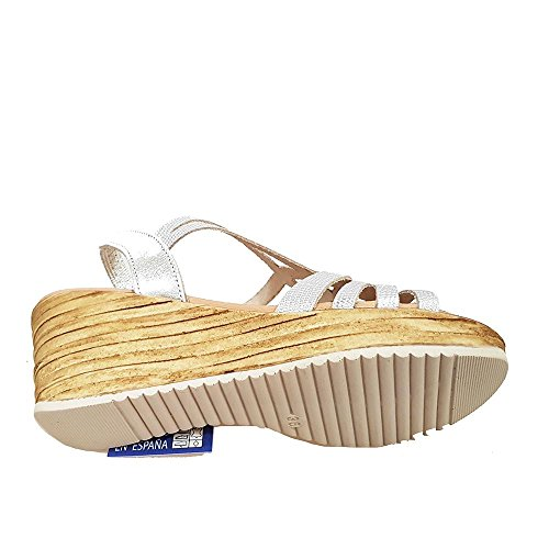 Sandalia piel plata grabada. Goma talon. Talla 37