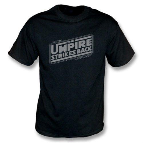 El árbitro pega detrás la camiseta, negro del color