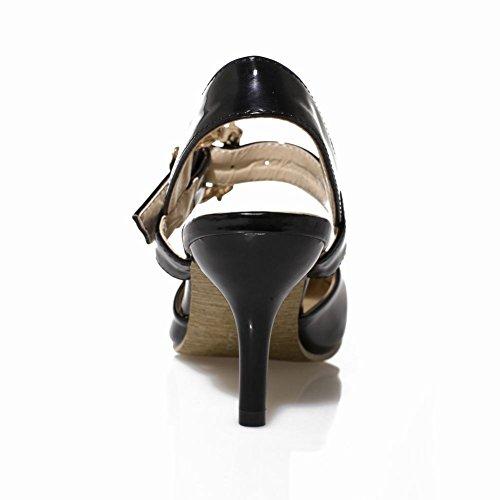 Sandalo Donna Con Fibbia In Pelle Di Vitello A Punta Con Borchie In Vernice Nera