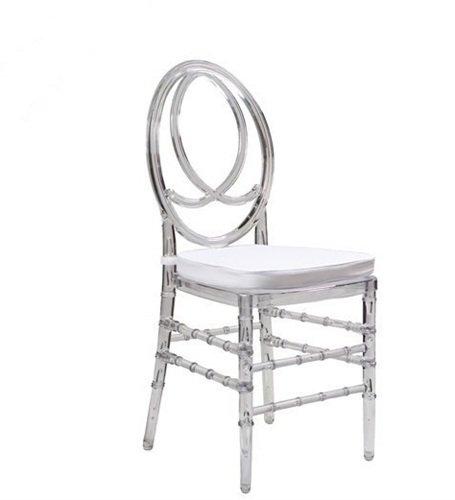 Interesante silla transparente con cojín y diseño único.
