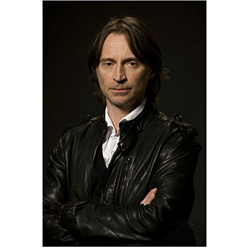 SGU Stargate Universe 8x10 Photo Robert Carlyle Black Leather Jacket Over White Shirt Arms Crossed Black Background kn