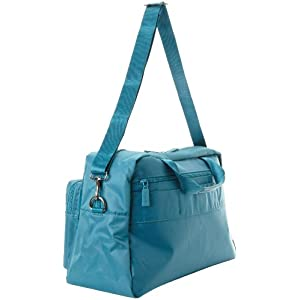 Adjustable and detachable shoulder strap on the weekend bag