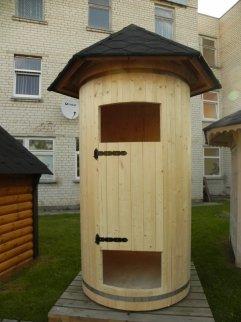 Gartendusche aus Holz mit 1,2m Durchmesser, Dach, und Tür Gartenhaus.